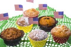 Juli 4th hemlagade muffin med kortkort-flaggor Royaltyfria Bilder