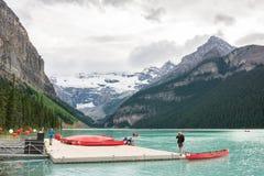 2016-juli-01: Toeristen die die bij Meer Louise kayaking bij het nationale park Alberta Canada wordt gevestigd van Banff royalty-vrije stock afbeelding