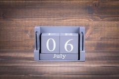 6 Juli Trä fyrkantig kalender Arkivfoton