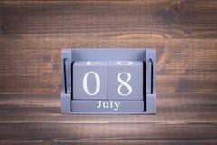 8 Juli Trä fyrkantig kalender Arkivbild