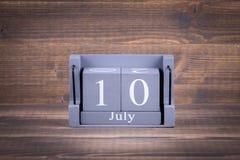 10 Juli Trä fyrkantig kalender Arkivfoto