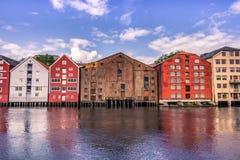 28 juli, 2015: Voorgevel van huizen in de haven van Trondheim, Noorwegen Stock Foto's