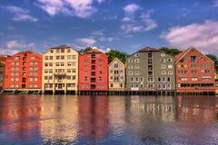 28 juli, 2015: Voorgevel van huizen in de haven van Trondheim, Norwa Stock Foto's