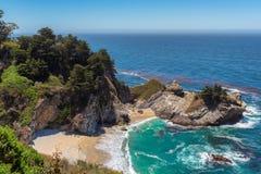 Julia Pfeiffer Beach och McWay nedgångar i stora Sur, Kalifornien Royaltyfri Bild
