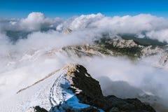Juliańscy Alps od above chmur fotografia royalty free