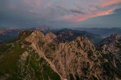 Julian Alps van Mangart-Pas met roodachtige hierboven wolken, het nationale park van Triglav, Slovenië, Europa royalty-vrije stock afbeeldingen