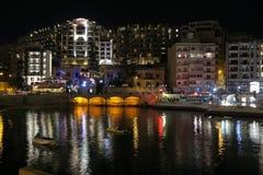 Julian heilige, Malta - Augustus 04 2016: Nachtlevenmening van Julian baai van Heilige Stock Afbeelding