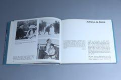 Juliana van Nederland als meisje, portretten in een boek stock foto's