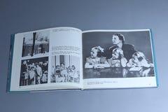 Juliana van Nederland als meisje, portretten in een boek stock fotografie