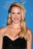 Julie Marie Berman arriva ai 2012 Premi Emmy creativi di giorno immagine stock