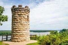 Julien Dubuque Monument som förbiser Mississippi River Arkivbild