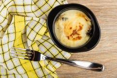 Julienne с цыпленком, грибом в черном шаре, салфетке, вилке на таблице r стоковые фото