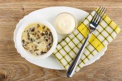 Julienne с цыпленком и грибом в шаре, майонезе, вилке на салфетке в блюде на деревянном столе r стоковые фото