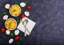 Julienne com galinha e cogumelos Vista superior Imagem de Stock Royalty Free