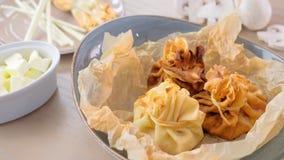 Julienne ha cotto in pasta è servito su un piatto sulla carta del panettiere con tè e burro Vista del primo piano archivi video