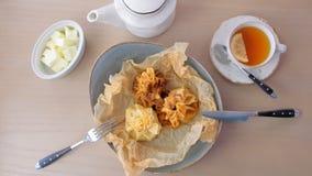 Julienne ha cotto in pasta è servito su un piatto sulla carta del panettiere con tè e burro Vista superiore stock footage
