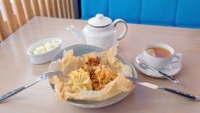 Julienne ha cotto in pasta è servito su un piatto sulla carta del panettiere con tè e burro Vista superiore video d archivio