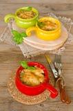 Julienne mit Huhn und Pilze unter einem Käse verkrusten Stockfotos