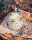 Julienne mit Huhn und Pilzen in einem Glasumhüllungsglas besprüht mit Parmesankäseparmesankäse stockfoto