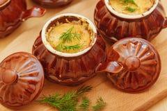 Julienne nel cocotte ceramico Fotografie Stock