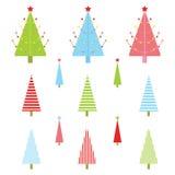 Julillustration med det färgrika Xmas-trädet som är passande för Xmas-klistermärkeuppsättning och gemkonst Royaltyfri Bild