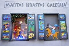 Julinstallation i fönstret av gallerit i den gamla staden Royaltyfri Foto
