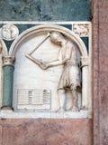 Julio, detalle del bajo-alivio que representa el trabajo de los meses del año, catedral en Lucca, Italia Imagen de archivo libre de regalías