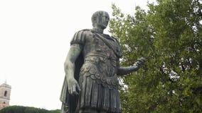 Julius Caesar Statue In Rome Rome, Italië voorraad Video van een standbeeld van Julius Caesar stock footage
