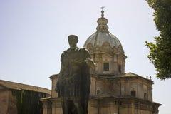 Julius Casar-standbeeld in Rome Stock Foto's