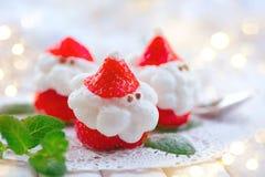 Juljordgubbejultomten Rolig efterrätt som är välfylld med piskad kräm Arkivbild