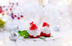 Juljordgubbejultomten Rolig efterrätt som är välfylld med piskad kräm Royaltyfri Fotografi