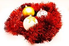 Juljordklot på rött glitter som isoleras på vit Handgjord garnering royaltyfria bilder
