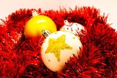 Juljordklot på rött glitter som isoleras på vit Handgjord garnering royaltyfria foton