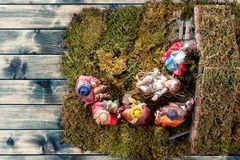 Juljulkrubba med den heliga familjen i kojan och de tre kloka männen av gammal wood bakgrund arkivfoton