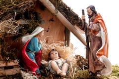 Juljulkrubba med den heliga familjen i kojan som isoleras på vit bakgrund royaltyfri bild