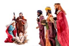 Juljulkrubba med den heliga familjen och de tre kloka männen som isoleras på vit bakgrund royaltyfri bild