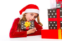 Juljultomten lurar lyckligt upphetsat för flicka med bandgåvor Arkivbilder