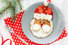 Juljultomtenpannkaka med jordgubben för ungefrukost Royaltyfria Foton