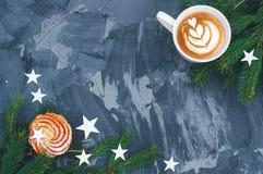 Julkaka med cappuccino på svart bakgrund fotografering för bildbyråer
