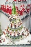 Julkaka med massor av Santas Royaltyfria Bilder