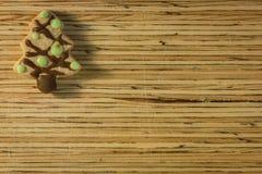 Julkaka på träbakgrund Arkivfoto