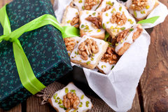 Julkakor i en grön ask Arkivbild