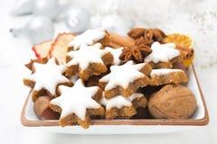 Julkakor i form av stjärnor, muttrar och kryddor, closeup Arkivbild