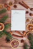 Julkakor, kryddor och receptbok många bakgrundsklimpmat meat mycket tappningstilbild Royaltyfri Fotografi