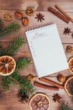 Julkakor, kryddor och receptbok många bakgrundsklimpmat meat mycket tappningstilbild Arkivbilder