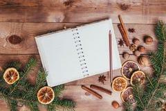 Julkakor, kryddor och receptbok många bakgrundsklimpmat meat mycket tappningstilbild Arkivfoto