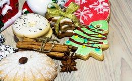 Julkakor med muttrar för kanelbruna pinnar och stjärnaanis, arkivfoto