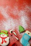Julkakor och candys på snö Royaltyfri Foto