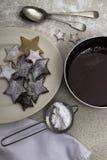 Julkakor och en maträtt av smältt choklad arkivfoton