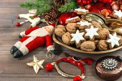 Julkakor och tappninggarneringar festlig mat arkivfoton